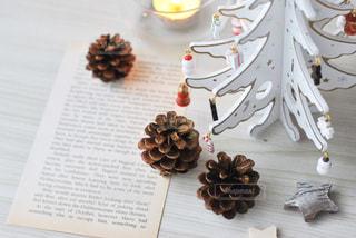 テーブルの上のクリスマスツリーの写真・画像素材[2831325]