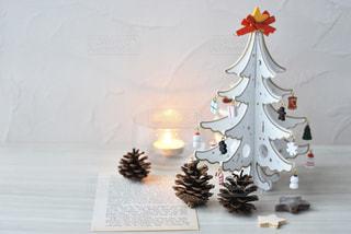 テーブルの上のクリスマスツリーの写真・画像素材[2831358]