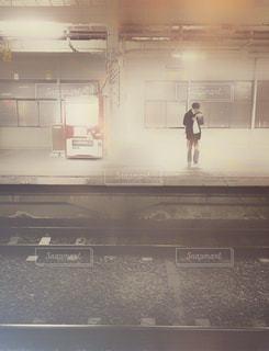 電車を待つ人の写真・画像素材[2872795]