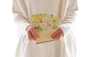 白いシャツを着た人の写真・画像素材[2881305]
