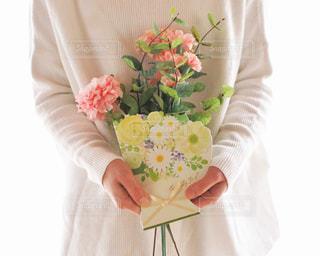 花を持つ人の写真・画像素材[2881309]