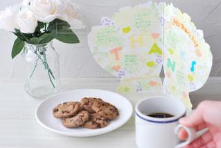 食べ物の皿とテーブルの上のコーヒー1杯の写真・画像素材[2881437]