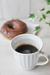 ドーナツとコーヒーの間近くでの写真・画像素材[2928070]