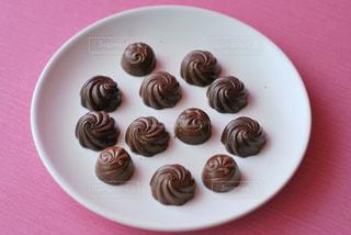異なる種類のチョコレートをトッピングした白いプレートの写真・画像素材[2932185]
