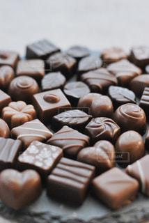 チョコレートの多くの異なる種類のクローズアップの写真・画像素材[2940680]