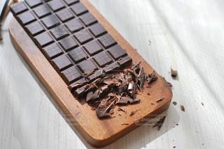 木製のまな板の上に座っているチョコの写真・画像素材[2941029]