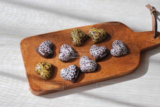 木製のテーブルの上に座っているチョコレートの写真・画像素材[2941103]