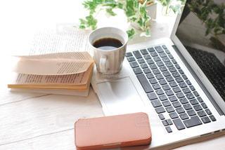 木製のテーブルの上に座っているラップトップコンピュータの写真・画像素材[2969357]