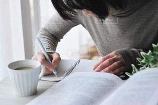 女性,1人,コーヒー,屋内,緑,本,机,人物,人,ノート,マグカップ,カップ,デスク,勉強,コーヒーカップ,作業,書く,ブック