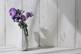 紫色の花で満たされた花瓶の写真・画像素材[2999383]