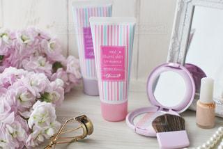 テーブルの上にピンクの花のグループの写真・画像素材[3023389]