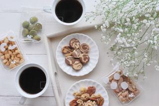 食べ物の皿をテーブルの上に置くの写真・画像素材[3023411]