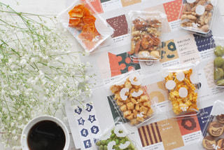 食べ物の束をテーブルの上に置くの写真・画像素材[3023415]