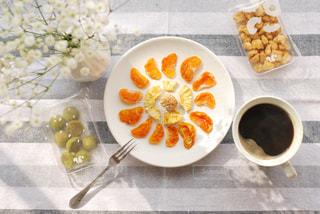 皿の上に食べ物のボウルの写真・画像素材[3028321]