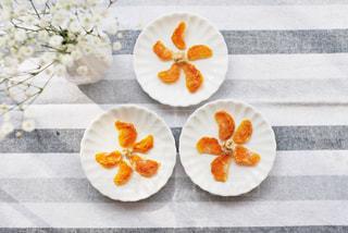 皿の上にオレンジのボウルの写真・画像素材[3028319]