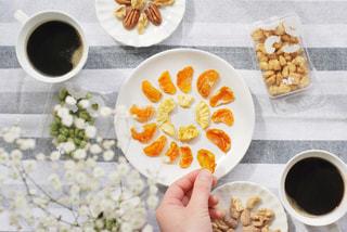 食べ物の皿をテーブルの上に置くの写真・画像素材[3028334]
