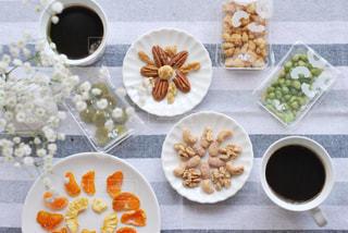 テーブルの上に食べ物を1杯入れるの写真・画像素材[3028439]