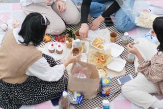 テーブルに座っている人々のグループの写真・画像素材[3074246]