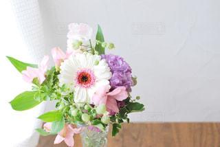 テーブルの上の花瓶に花束の写真・画像素材[3086954]