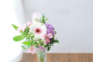 テーブルの上の花瓶に花束の写真・画像素材[3086959]