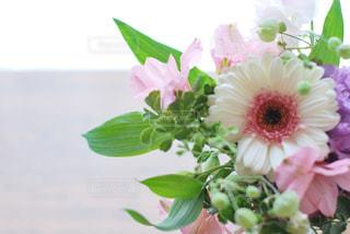テーブルの上の花瓶に花束の写真・画像素材[3087015]