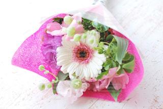 テーブルの上にピンクの花の写真・画像素材[3087029]