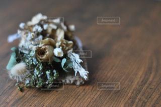 木製のテーブルの上に座っているケーキの写真・画像素材[3092934]
