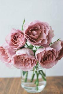 テーブルの上の花瓶に花束の写真・画像素材[3110103]