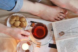 紅茶を持つ手の写真・画像素材[3111977]