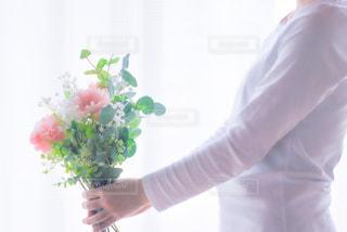 花を持っている人の写真・画像素材[3193263]