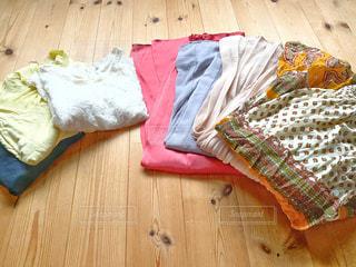 床に置かれた衣類の写真・画像素材[3322643]