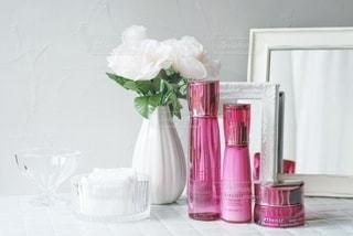 テーブルの上にピンクの花で満たされた花瓶の写真・画像素材[3374334]