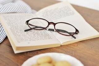 木製のテーブルの上の紙の写真・画像素材[3698003]