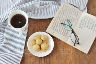 木製のテーブルの上に座っているコーヒーを一杯の写真・画像素材[3698005]