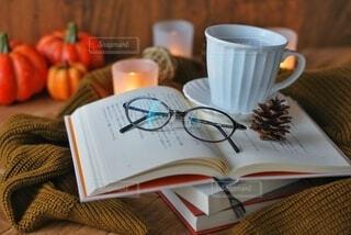 テーブルの上にコーヒーを一杯入れるの写真・画像素材[3709091]