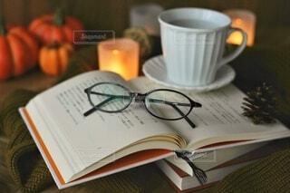 テーブルの上にコーヒーを一杯入れるの写真・画像素材[3709144]
