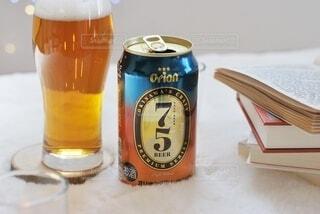 テーブルの上にビールを1杯入れますの写真・画像素材[3906292]