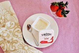 食べ物の皿をテーブルの上に置くの写真・画像素材[3960969]