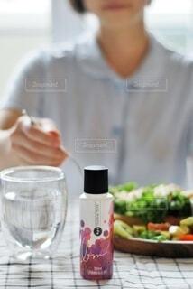 食べ物,屋内,テーブル,人物,人,食器,カップ