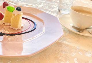 甘いケーキにコーヒーを添えての写真・画像素材[2133995]