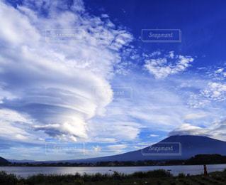 夏の終わりに見た富士山と吊るし雲の写真・画像素材[2411627]