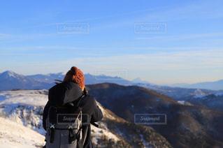 女性,1人,ファッション,自然,風景,空,冬,雪,屋外,黒,山,人物,人,高原,ハイキング,コーディネート,コーデ,斜面,眺め,高い,ブラック,ダウンコート,山腹,黒コーデ