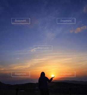 女性,1人,空,屋外,太陽,夕焼け,夕暮れ,山,光,人,夕陽,ハイキング