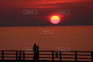 1人,風景,海,空,屋外,太陽,ビーチ,夕暮れ,水面,光,釣り,夕陽,眺め