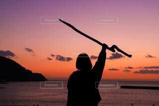 女性,1人,風景,海,空,屋外,ビーチ,雲,夕焼け,夕暮れ,水面,シルエット,手持ち,人物,人,ポートレート,流木,マジックアワー,ライフスタイル,手元