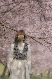 マスクして春コーデの写真・画像素材[4279046]