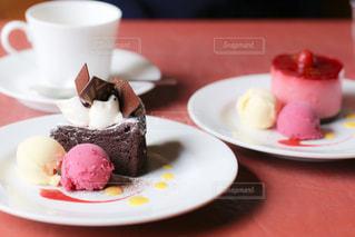 コーヒー1杯の隣の皿の上のケーキの写真・画像素材[2403392]