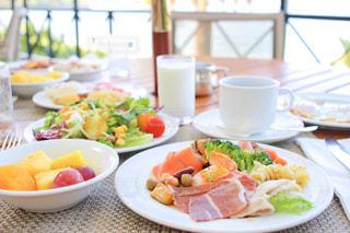 テラス席での朝食の写真・画像素材[2483330]