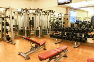 スポーツ,人物,健康,運動,トレーニング,エクササイズ,ジム,筋トレ,ダンベル,バーベル,ワークアウト,ウエイトトレーニング,ボディメイク,トレーニングジム,健康維持,運動器具,フリーウェイト,エクササイズマシン,重量挙げマシン,トレーニングベンチ,サーキットトレーニング,スミスマシン