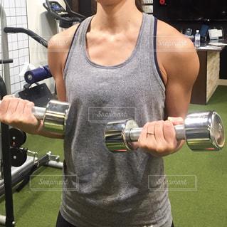 女性,30代,スポーツ,人物,運動,トレーニング,エクササイズ,ジム,フィットネス,筋肉,筋トレ,ダンベル,ワークアウト,筋トレ女子,トレーニングジム,三角筋,フリーウェイト